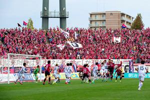 J1昇格プレーオフ進出を決めたホーム最終戦には、1万5千人を超えるサポーターがスタジアムを埋めた=シティライトスタジアム、ファジアーノ岡山提供