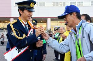 千葉)リオパラ・マラソンで銅、岡村さんが一日署長