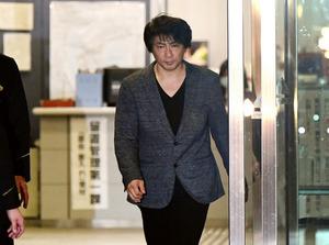 釈放されて東京湾岸署を出るASKAさん=19日午後7時9分、東京都江東区、角野貴之撮影
