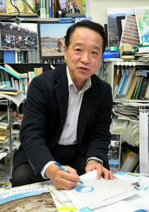 巨大地震について語る高知大の岡村真特任教授=高知市
