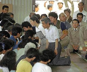 雲仙・普賢岳噴火の被災者を見舞う天皇、皇后両陛下。ひざをつき、避難住民の話を聞いた=1991年7月、長崎県島原市