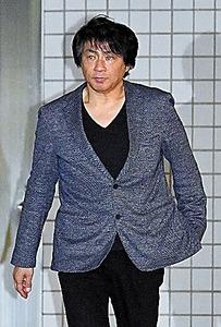 釈放され東京湾岸署を出る歌手のASKAさん=19日午後7時9分、東京都江東区、諫山卓弥撮影