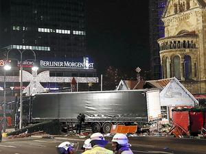 ベルリンで19日、クリスマス市に突っ込んだトラック=AFP時事