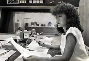日曜夜のラジオ番組「ちょっと待ってMONDAY」でパーソナリティーを務めた落合恵子さん。女性スタッフのみで制作する点に共感し、約10年ぶりでマイクに向かった=1987年8月、東京都新宿区の文化放送