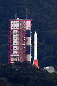 整備棟から発射場所に移動するイプシロンロケット2号機=20日午後5時14分、鹿児島県肝付町、福岡亜純撮影