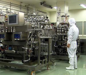製薬会社から委託を受けて、バイオ医薬品を製造する千葉県市原市の工場=旭硝子提供