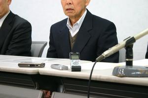 調停成立後、「調停が成立し、ほっとした」と話す父親=20日午後1時17分、大阪市北区