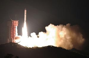 探査衛星を載せて上昇するイプシロン2号機=20日午後8時0分、鹿児島県肝付町、福岡亜純撮影