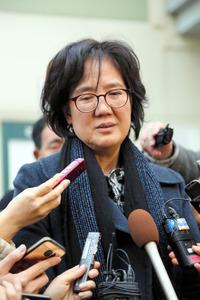著書「帝国の慰安婦」をめぐる刑事訴訟が結審し、取材に答える韓国の朴裕河・世宗大教授=20日午後、ソウル、東岡徹撮影