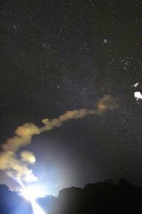 イプシロン2号機が打ち上がり、地上には白い煙が残った=20日午後8時3分、鹿児島県肝付町、福岡亜純撮影
