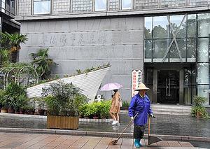 文字が全て削り取られた展覧館の入り口。壁にうっすらと跡が残っていた=11月8日、浙江省・寧波、延与光貞撮影