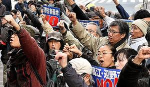 辺野古訴訟の最高裁判決を受け最高裁に向かって拳を振り上げて抗議する人たち=20日午後、東京都千代田区、恵原弘太郎撮影