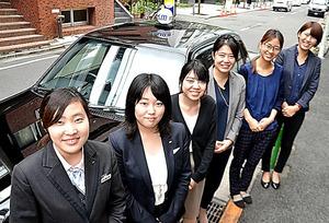 斎藤思乃さん(左から2人目)ら、国際自動車の女性社員のみなさん