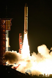 探査衛星を載せて上昇するイプシロン2号機=20日午後8時、鹿児島県肝付町