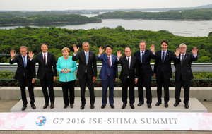 伊勢志摩サミットの記念撮影におさまる(左から)トゥスクEU首脳会議常任議長、イタリアのレンツィ首相、ドイツのメルケル首相、米国のオバマ大統領、安倍晋三首相、フランスのオランド大統領、英国のキャメロン首相、カナダのトルドー首相、ユンケル欧州委員長=5月26日、志摩市の志摩観光ホテル、飯塚晋一撮影