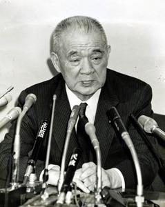 会見で東京佐川急便からの5億円の受領を認める金丸信氏=1992年8月27日