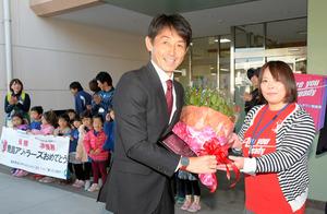 今季J1年間王者になり18冠となったことで、18本の赤いバラの花束が石井正忠監督に贈られた=鉾田市役所