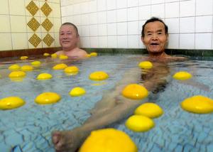 錦湯でゆず湯を楽しむ男性たち=中京区