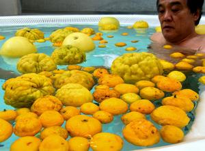 スーパー銭湯では、ユズや晩白柚が湯船に浮かんだ=水戸市笠原町