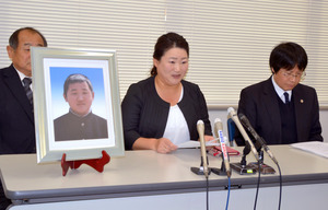 北芝隆晴さんの遺影を置き、提訴への思いを語る母の嘉代子さん(中央)=21日午後2時6分、神戸市中央区
