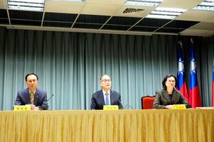 サントメ・プリンシペによる台湾との断交発表を受け、記者会見する台湾の李大維外交部長(中央)=21日、台北、鵜飼啓撮影