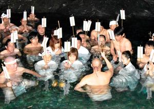 祈願札を掲げてお経を唱える参加者たち=西条市大保木の加茂川