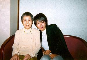 落合恵子さんと元気なころのお母さん。贅沢と知りながらホテルに滞在し、淡いピンク色の服を買って着せた。その後、本格的な介護生活が始まった=本人提供