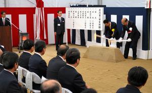 鍬(くわ)入れの儀を行う山田佳臣・JR東海会長(右)と岡本正・清水建設副社長=12月13日、瑞浪市日吉町