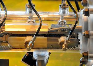 原子炉格納容器に接続する筒に収められた調査ロボット「サソリ」=横浜市の東芝京浜事業所