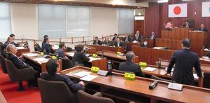 住民投票条例制定案の採決。賛成のために起立した議員は1人だった=和泊町議会