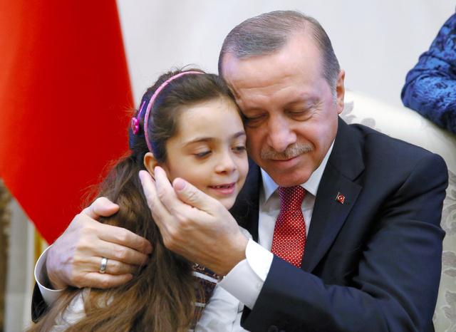 トルコの首都アンカラの大統領宮殿で21日、シリア・アレッポの「ツイッター少女」として知られるバナ・アベドさんと面会するエルドアン大統領=ロイター