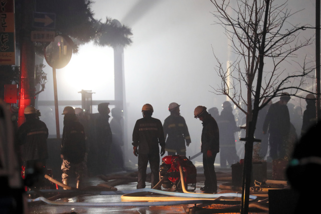 夜も消火活動が続く糸魚川市の市街地=22日午後8時53分、新潟県糸魚川市、関田航撮影