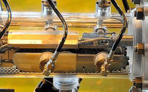 原子炉格納容器に接続する筒に収められた調査ロボット「サソリ」