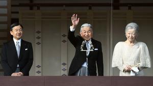 83歳の誕生日の一般参賀でベランダから手を振る天皇陛下と皇后さま、皇太子さま=23日午前10時21分、皇居、北村玲奈撮影