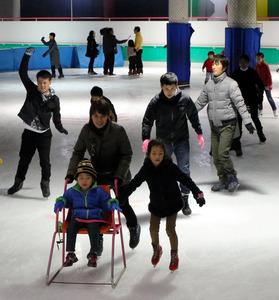 氷の中の魚を取り除いて営業を再開したスペースワールドのスケートリンク=23日午前11時45分、北九州市八幡東区、伊藤宏樹撮影