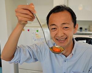 成瀬拓也社長の得意料理は、から揚げや棒々鶏(バンバンジー)。「きょうの昼食はカレーにしました」=東京・目黒の「ウィルフォワード」