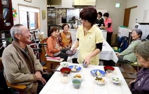「みよしの家」では入居者たちがスタッフと一緒に昼食時間を過ごしていた=愛知県みよし市、吉本美奈子撮影