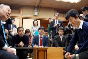 加藤一二三九段(左)に勝ち、笑みを浮かべる藤井聡太四段=東京都渋谷区の将棋会館