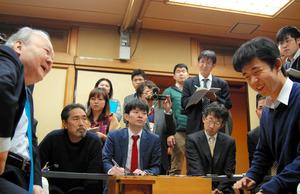 加藤一二三九段(左)に勝ち、笑顔を見せる藤井聡太四段=東京都渋谷区の将棋会館