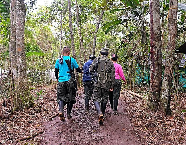 コロンビア南部の野営地を移動するFARC戦闘員=9月21日、田村剛撮影