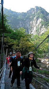 金剛山の登山を楽しむ韓国の観光客ら=2005年9月