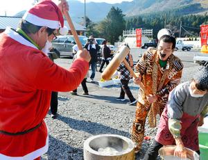 サンタやピコ太郎に扮して餅をつく支援者=南阿蘇村