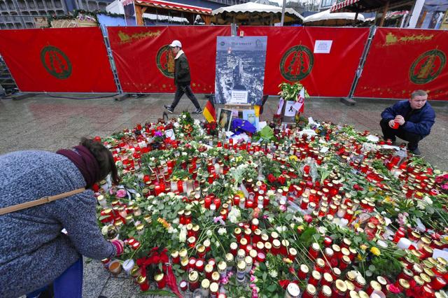 ベルリンのカイザー・ウィルヘルム記念教会近くのクリスマス市では24日、事件の犠牲者を悼む多くのキャンドルが置かれた=AFP時事