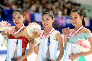 メダルを手にする3連覇の宮原知子(中央)、2位の樋口新葉(左)、3位の三原舞依=遠藤啓生撮影