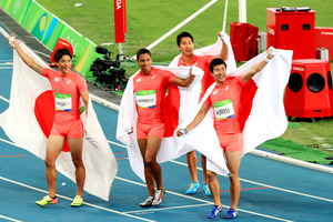 男子400メートルリレーで銀メダルを獲得し、声援に応える(右から)桐生祥秀、飯塚翔太、ケンブリッジ飛鳥、山県亮太=長島一浩撮影