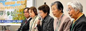 議員立法による空襲被害者の救済を訴える高橋明子さん(右端)ら=19日、東京・永田町