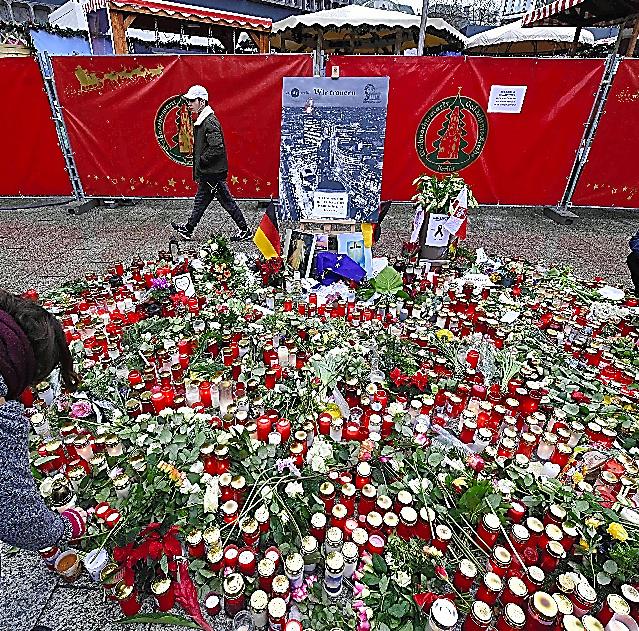 ベルリンのクリスマス市では24日、事件の犠牲者を悼む多くのキャンドルが置かれた=AFP時事