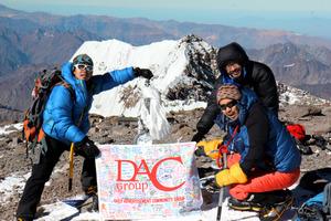 南米最高峰のアコンカグアに登頂した佐々木健太郎さん(右上)ら=2013年2月、DACグループ提供