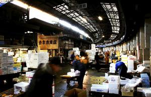 開業当時と変わらないアーチを描く場内の通路。人やターレが行き交う=21日午前、東京都中央区、樫山晃生撮影
