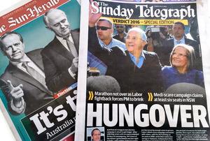 勝者が決まらないまま迎えたオーストラリア総選挙翌日の地元紙。各メディアの開票速報でもいったん当選した候補者を外すなど、混乱が相次いだ